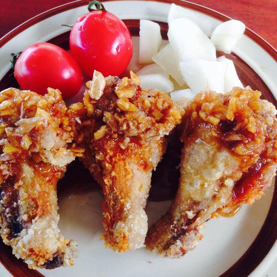 ไก่ทอดซอสกระเทียม ทานคู่กับหัวไช้เท้าดอง